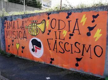 Ama la musica, odia il fascismo